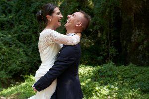matrimonio-foto-coppia-sposi-felici-abbraccio