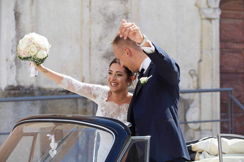 sposi felici dopo la cerimonia messa fotografo calabria pirozzolo
