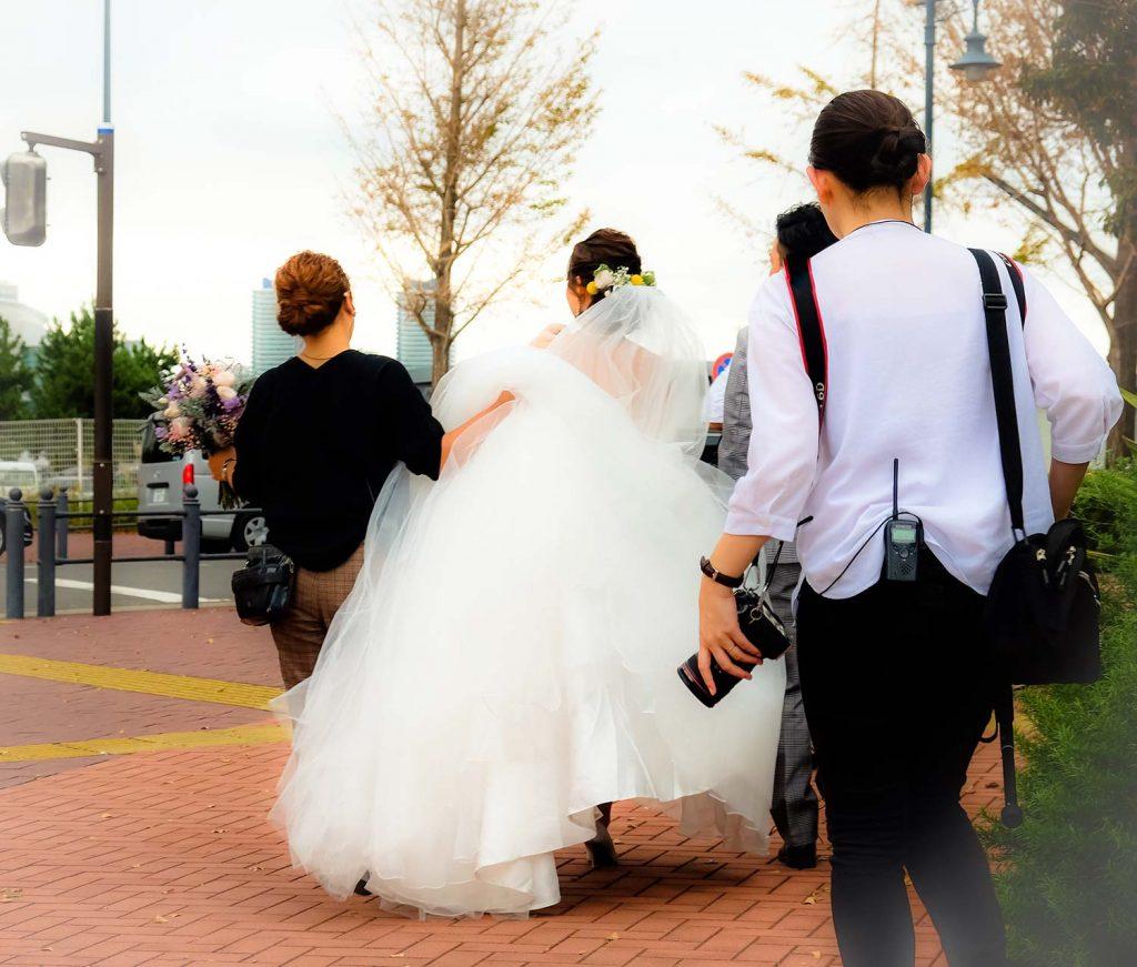fotografo di matrimonio in calabria metodo live pirozzolo.  sposi che corrono con fotografo