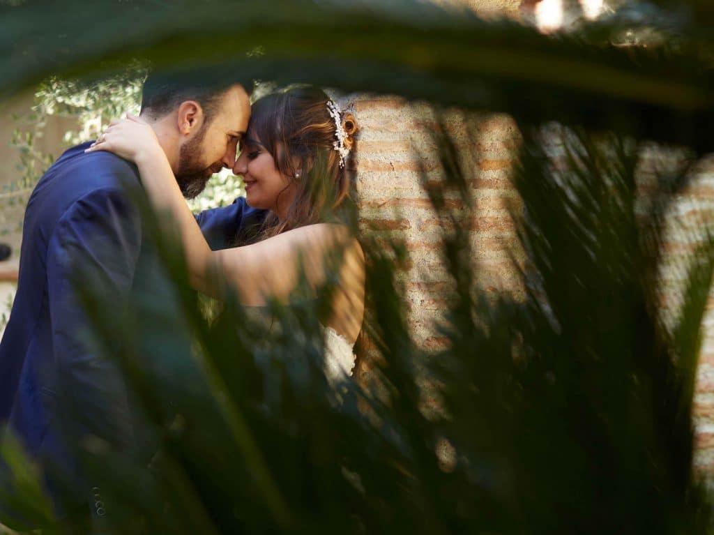 sposi si abbracciano dopo matrimonio fotografo calabria obiettivo matrimonio