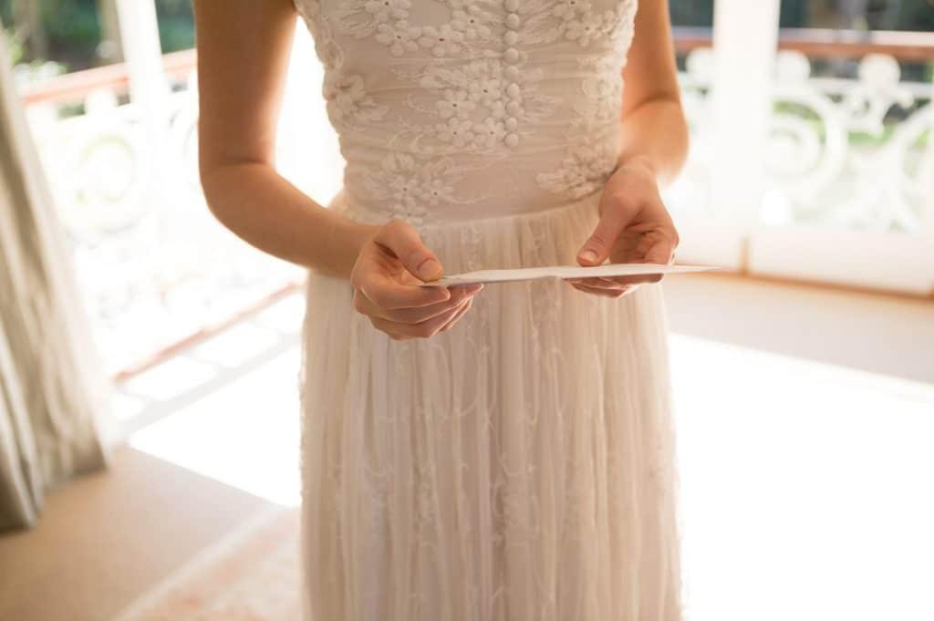 sposa che legge un contratto fotografo di matrimonio calabria